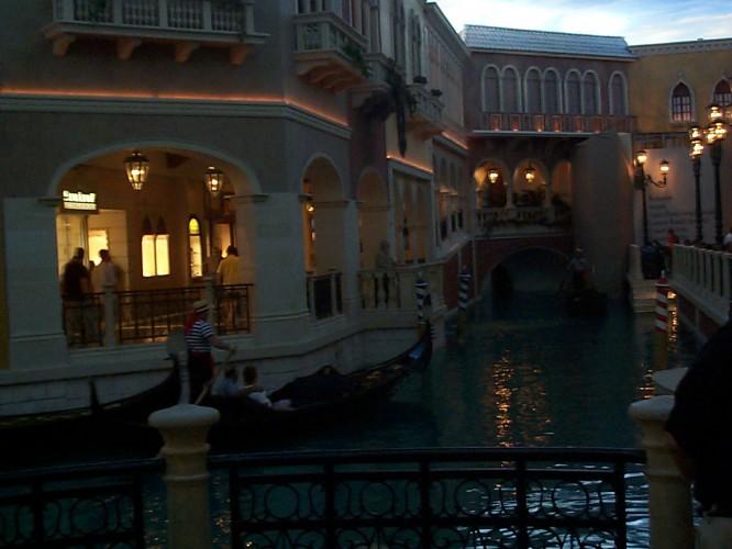"""Inomhus i hotellet """"Venetian"""" shoppinggalleria med en smak av Venedig :)"""