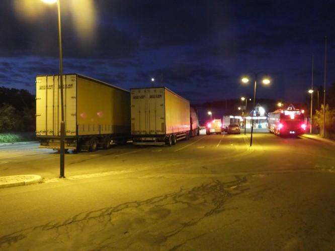 Två 24-meterslastbilar innehållande vårt hus: 12/10-2015