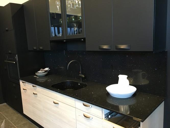 """Vår bänkskiva, diskho och vårt stänkskydd i """"fel"""" kök."""