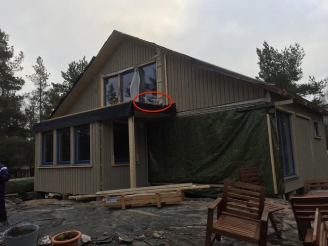 """15 november 2015, Här ligger den takpapp som Rörvikshus enligt snickarna """"glömde leverera""""."""