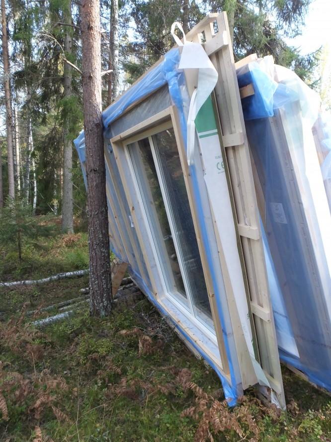 Här stod väggelement skevande mot ett träd i 8 dagar (12/10-20/10-15).