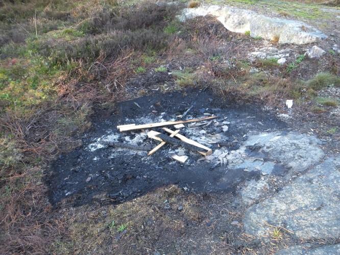 Utan att fråga oss om tillåtelse har snickarna eldat så att berghällen spruckit. Något vi aldrig, aldrig skulle ha tillåtit.