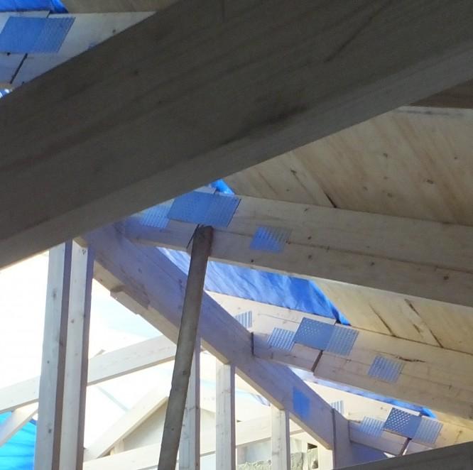 Takstolarna (innan snickarna pressade ihop dem) indikerar att mittsektionen av huset ligger högre än sidorna.