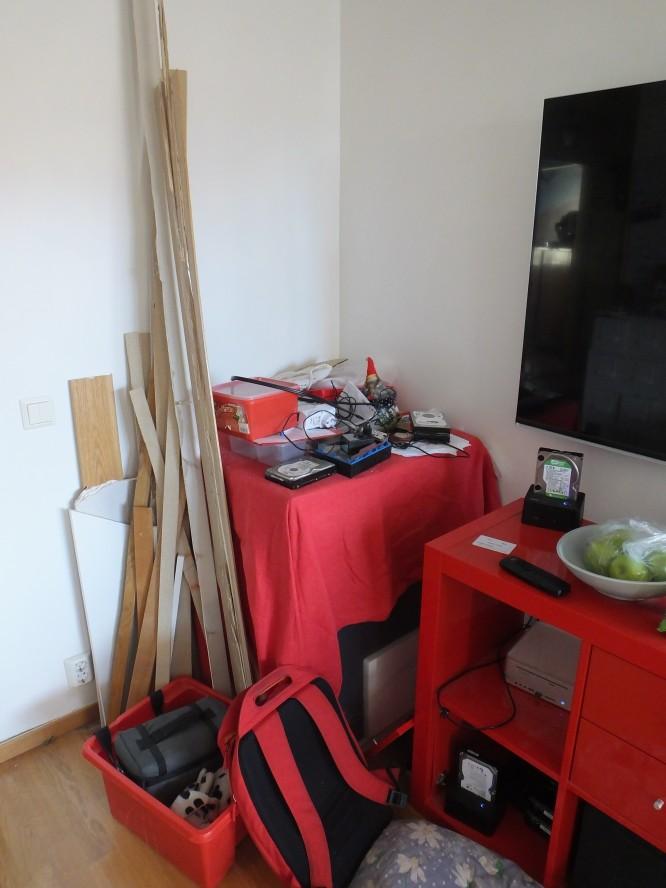 Diskmaskin som stått i vardagsrummet sedan i augusti under en duk och nu förvandlats till en prylhörna.