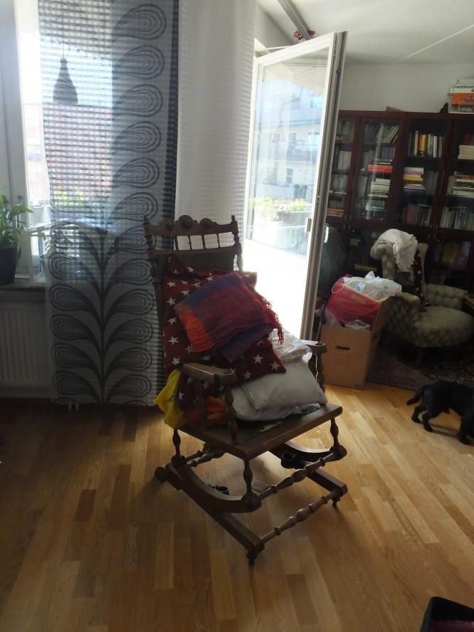 Makens farmors gungstol som väntar på att flytta till huset, och i den har vi samlat kuddar, täcken och filtar som också skall dit.
