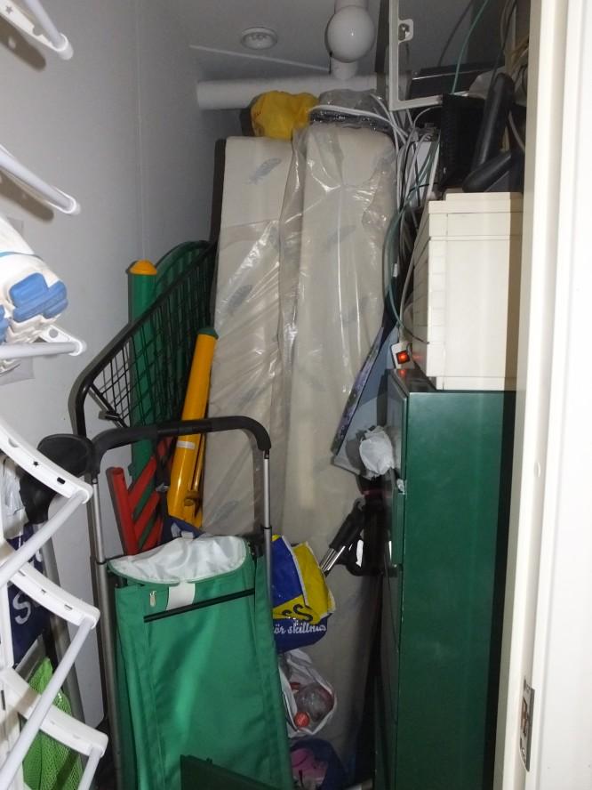 Två resårsängar i garderoben
