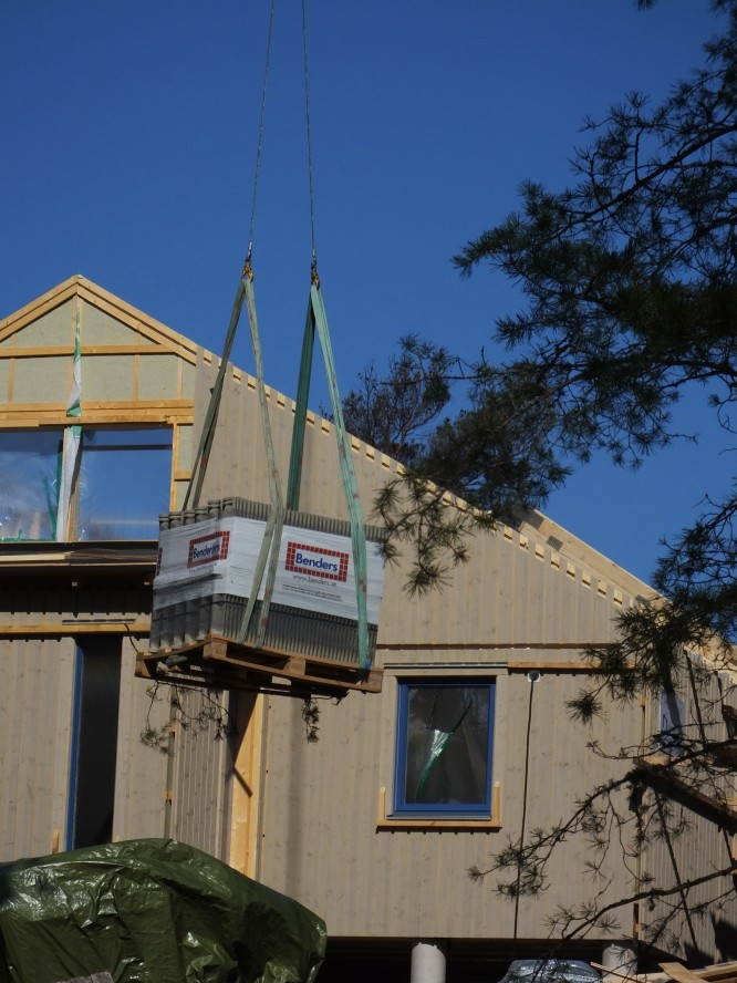 Material nere vid vägen lyfts upp till huset såsom takpannor med mera (4/5-16)