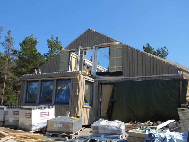 Vårt nya, betydligt rakare och mera korrekt monterade hus! (4/5-16)
