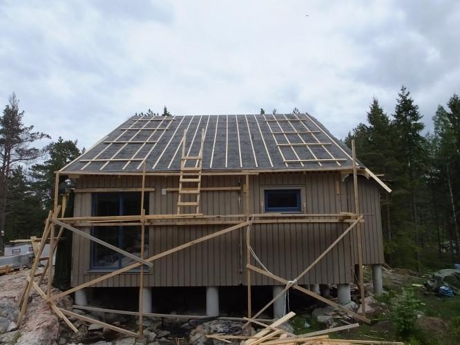 Nya taket med ströläst lagt av våra husräddare