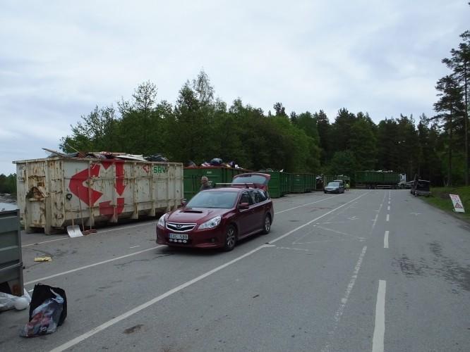 Mobil återvinningscentral vid färjelägret.