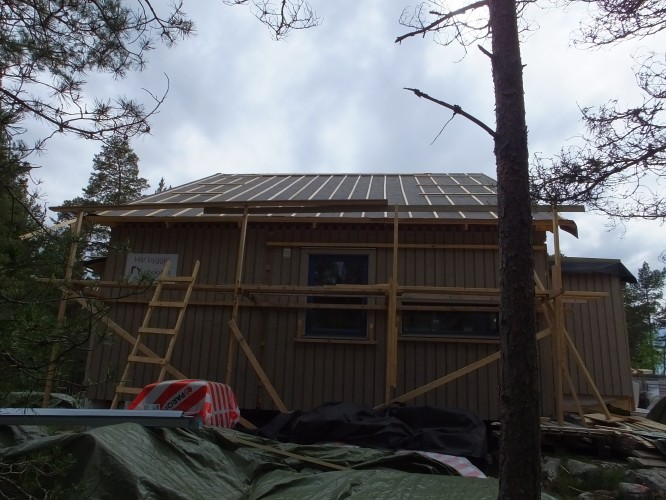 Nya taket med ströläkt lagt av våra husräddare