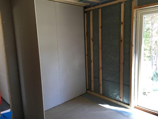 Här skall det bli en inbyggd garderob i makens och mitt sovrum.