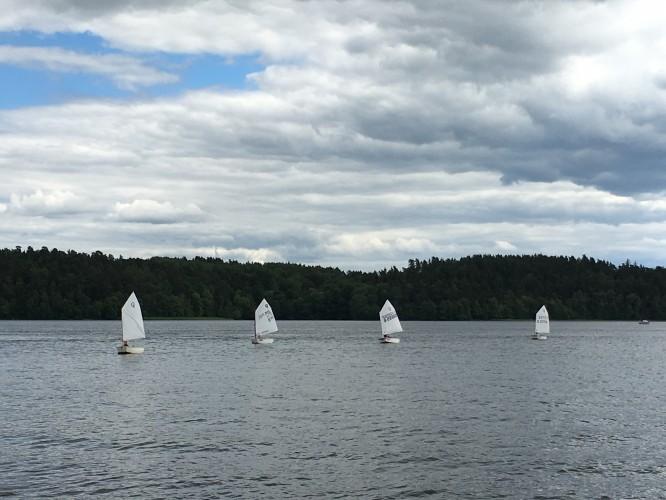 De fyra optimisterna som går i fortsättningsgruppen. E seglar som nr 2 från vänster. 12/6-16
