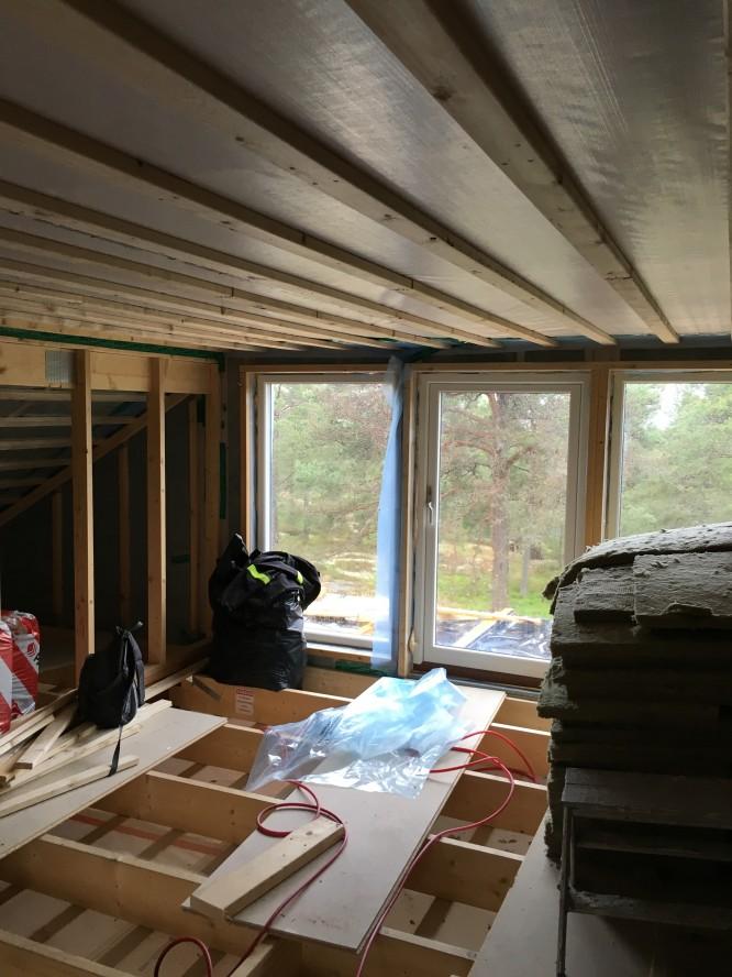 Vinden, fönstren mot tomten är 180 cm höga och går som ni ser från golv till tak.(16/6-16)