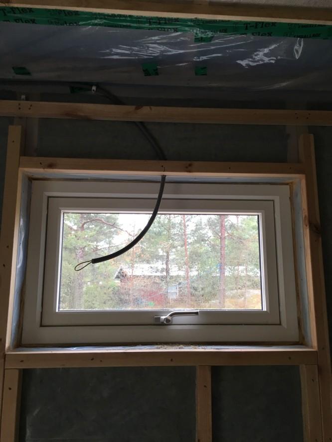 Fönstret ovan för makens och min säng förberett för fönsterspot (16/6-16)