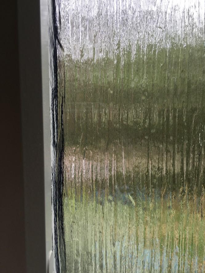 Råglas Cotswold i badrum och hall. Älskar känslan av att man ser ut men att det ändå är förvrängt tack vare att glaset är olika tjockt på olika ställen.