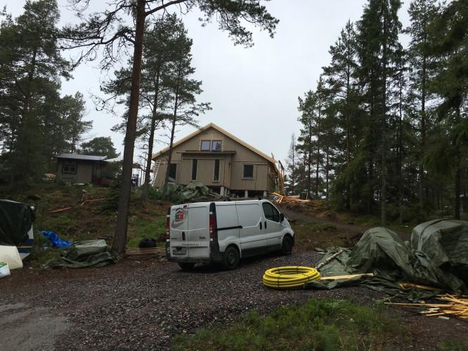 Huset från vägen med nya vindskivor (16/6-16)
