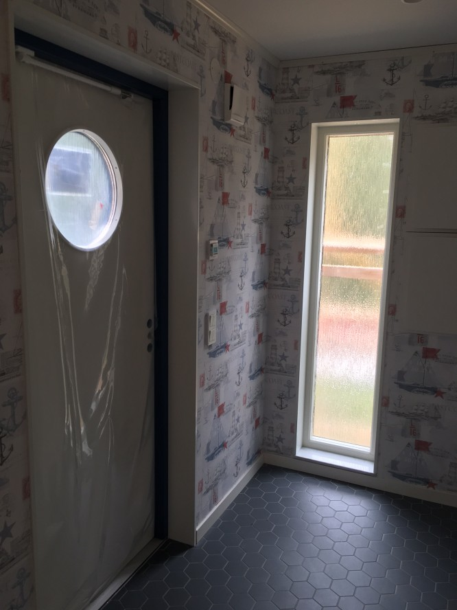Hallen med sin dörr, dock spärrad och plastad eftersom vi saknar trappa utanför.