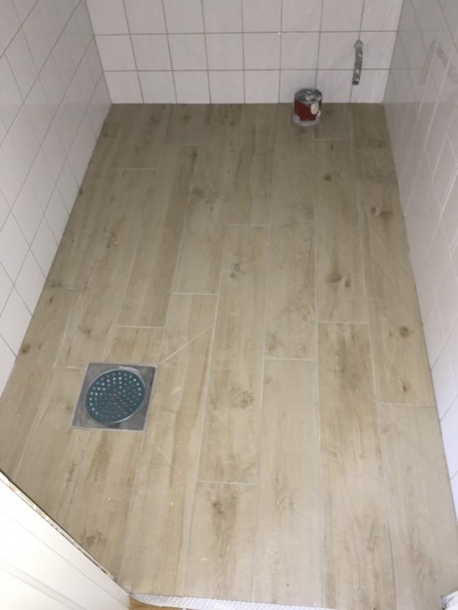 Klinker i furuimitation i lilla toaletten.