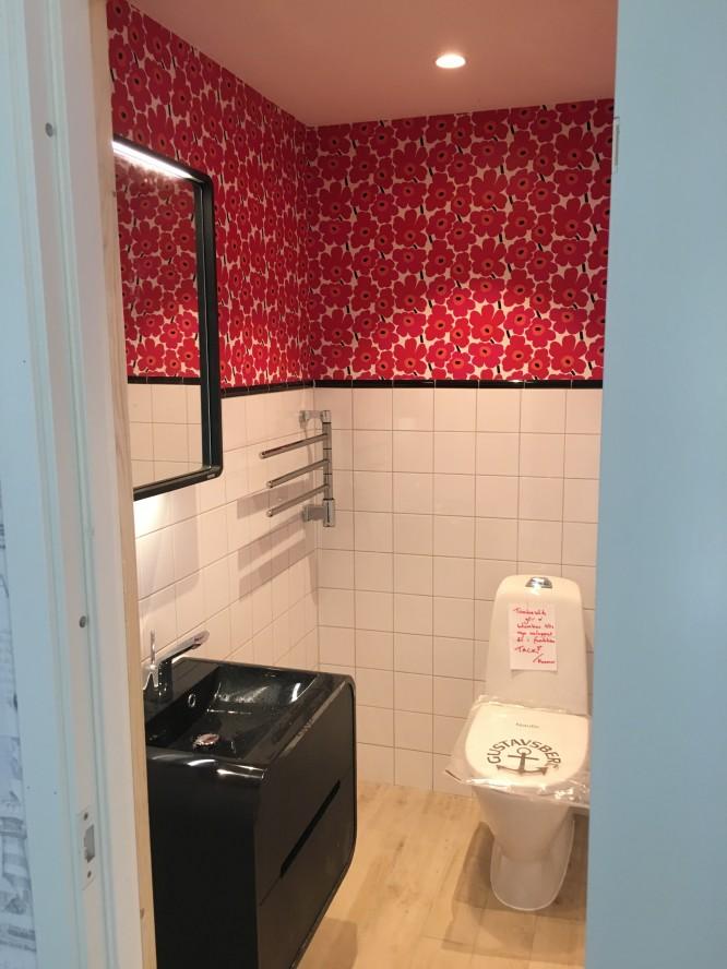 Vår lilla toalett där vi flörtar med 1970-talet och vårt gamla hus.