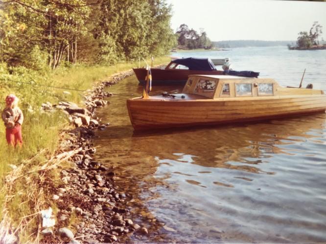 """Vi tog oftast båt till ön. I förgrunden vår båt """"Toker"""" och i bakgrunden Solveig och Göstas """"Kotten""""."""