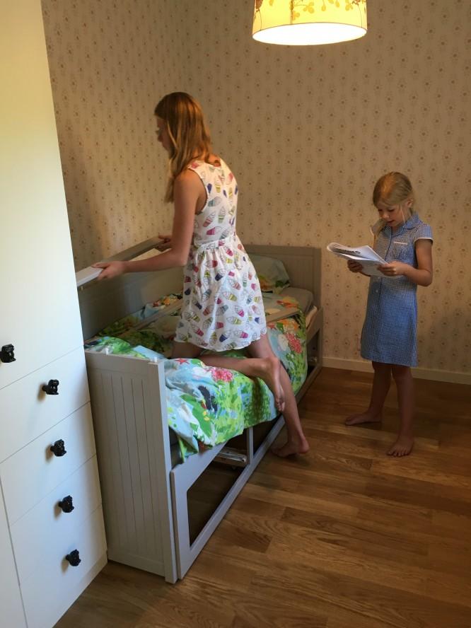 Döttrarna monterar säng.
