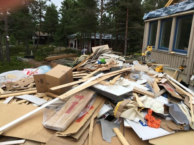 Enorma mängder byggsopor då man på många sätt tack vare vår ex. snickare tvingats bygga huset två gånger.