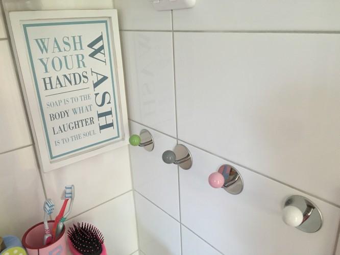 Handdukskrokar i barnens badrum/stora badrummet.
