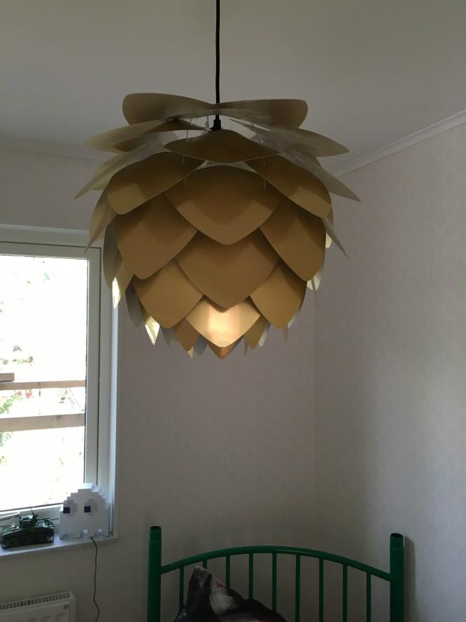En tallkottelampa i sonens rum.