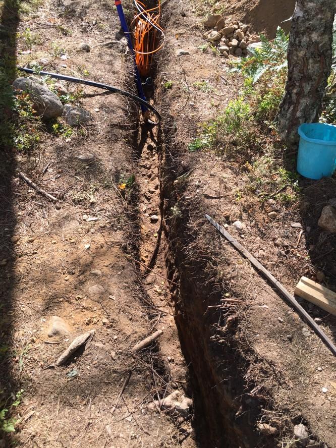 Färdiggrävd sträcka mellan pumpgropen och anslutningen vid vägen. Ser nte sådjupt ut i denna vinkeln men det är lite häftigt vad smalt man kan gräva med en spade istället för med en grävmaskin. Diket är ca 15 cm brett.