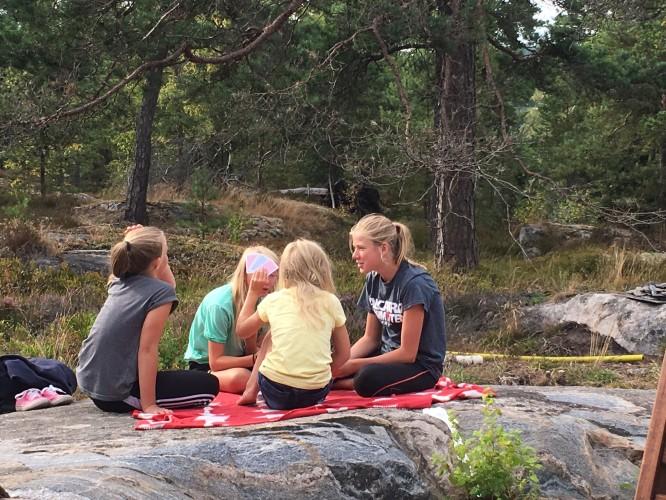 Fyra sommarkompisar, alla vars mammor vuxit upp på ön under sina barndomssomrar.