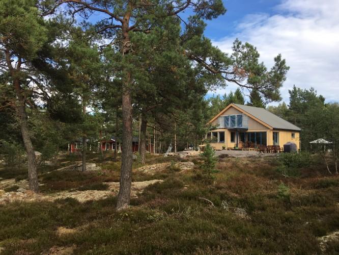Huset sett från tomtgräns i väster.