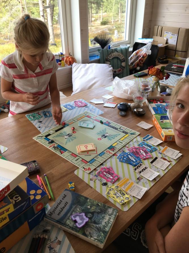 Barnen spelar med sitt nygamla monopol.