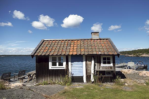 Ett av Artur von Schmalensees flera hus i trakten, byggd efter sina egna mått i början av 1960-talet och förlaga till Storm-Stinas stuga i barnboken av Lena Andersson. Källa: Skärgården