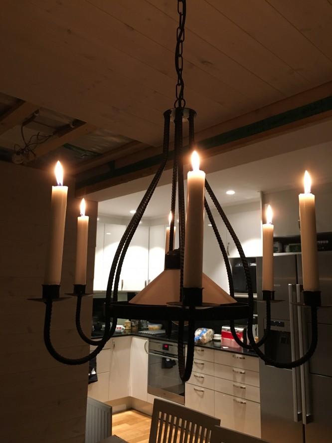 Vår lampkrona över matbordet, ett loppisfynd såklart ;)