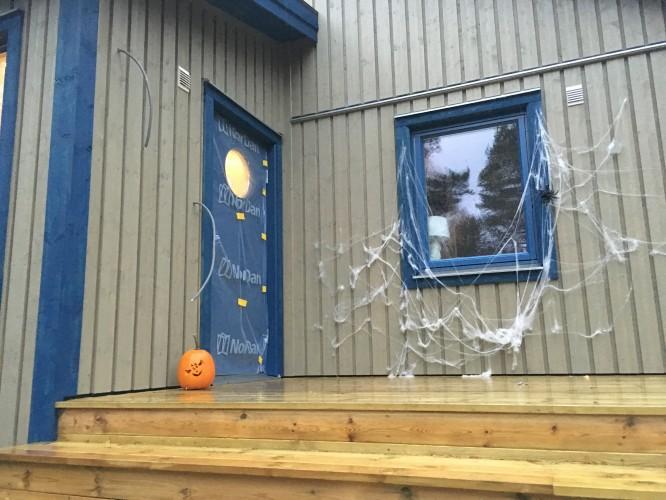 Första Halloweenpyntningen i nya huset