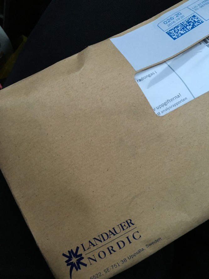 Ett kuvert med mätpaket för korttidsmätning innehållande två radondosor och info om hur man går till väga.