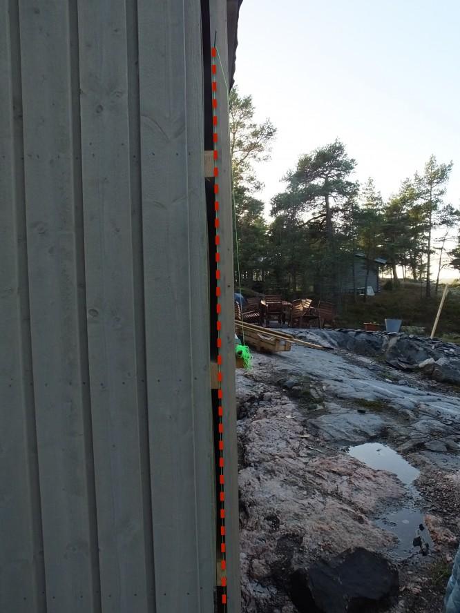 Att mäta vad som är rakt och var normallinjen borde vara är däremot inte alltid så lätt men med hjälp av en spik, ett snöre och en tyngd får man lätt rätt på vad som är rakt. Har på detta foto förtydligat målarsnöret med en röd streckad linje.