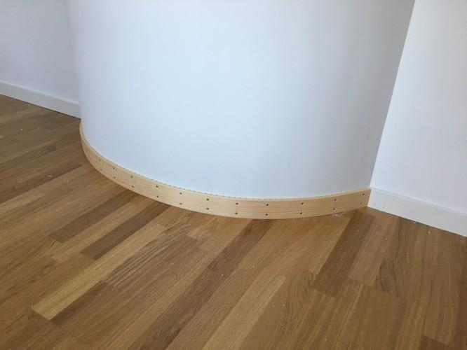 Rund golvlist innan spackling och målning