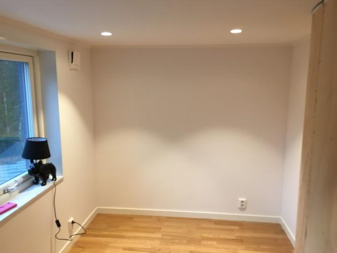 Belysning i J:s rum. Vi valde spottar där eftersom taklampa inte är ett alternativ när det är strax under 190 cm i takhöjd.