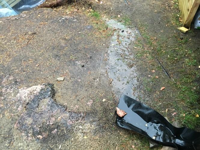 Tillfälligt förbättrad takavrinning i öster även här med hjälp av gummiduk och stenar