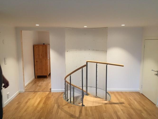 Spottar som belyser och markerar den runda väggen. Blir ändå snyggare när den är spacklad och målad och trappan är färdigmonterad.