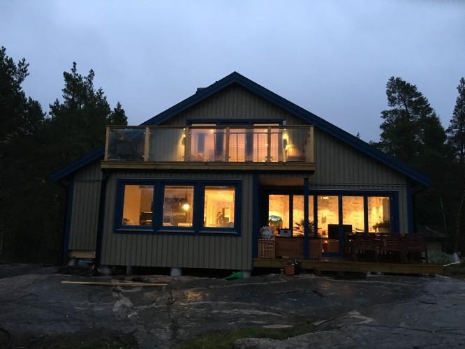 Huset utifrån när vi äntligen har belysning på vinden