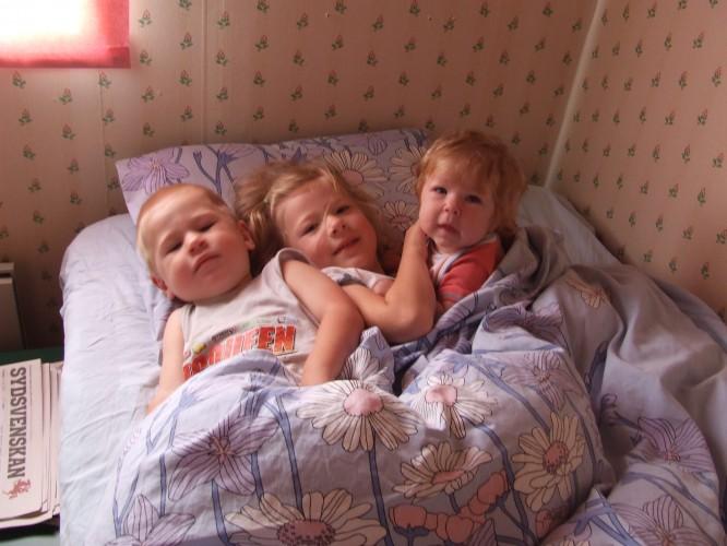 Syskonmys i mormors rum, juli 2007
