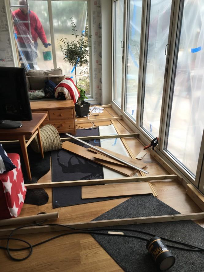 Vardagsrummet, och utanför fönstret har vi en målare.