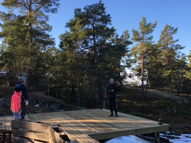 Barnen som flyger drönare på altanen