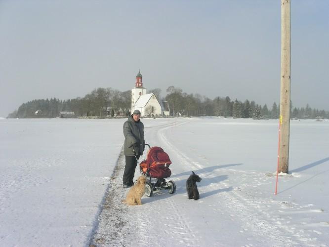 Maken på promenad med E, och våra hundar Meadow och River.