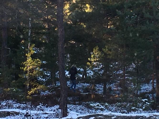 E på väg över berget till sin kompis precis som jag sprang till mina kompisar när jag var liten.
