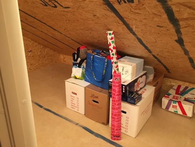 Målade avdelare både på golv och i tak.