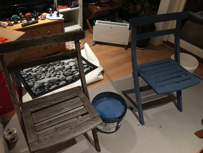Uppiffning av väderbitna stolar. Ena stolen omålad, andra struken en gång.